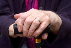 mani-anziane-sul-bastone-da-passeggio-7401250